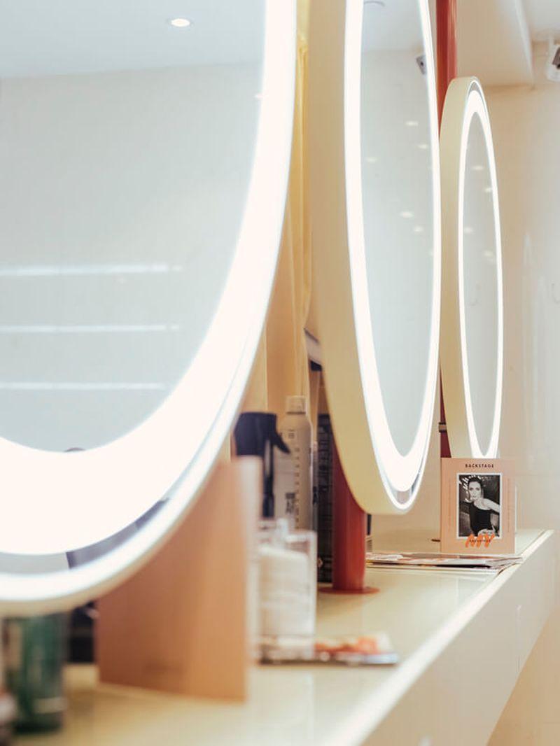 дизайн интерьера, дизайн салона красоты, комплексное оформление салона красоты, мебель под заказ, зеркало с подстветкой рабочие места стилистов, визажное зеркало, планировка салона красоты, освещение в салоне красоты, мебель для салона красоты, настенное зеркало, круглое зеркало