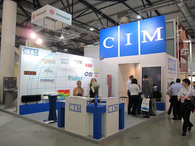 выставочный стенд для компании CIM с подиумом, застройка выставочногос тенда, уникальный выстаовчный стенд, рецепция для выставочного стенда, заказать выставочный стенд