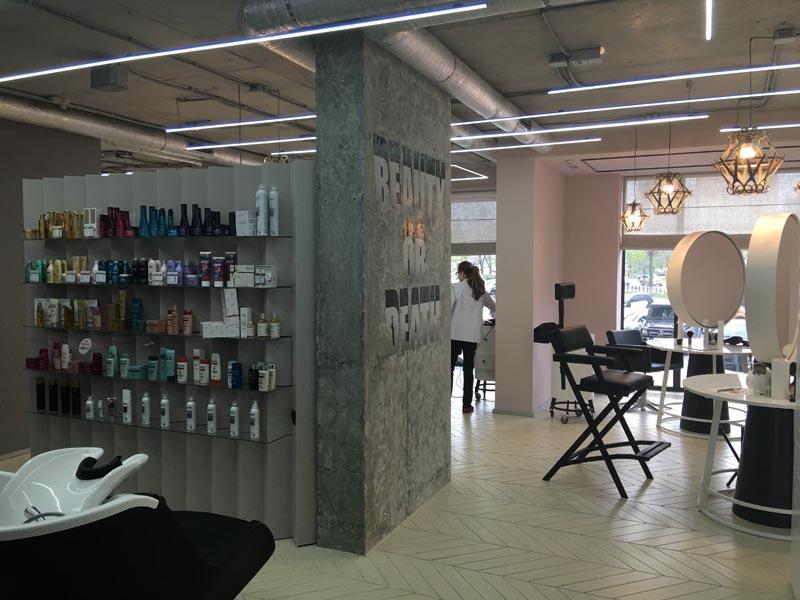 backstage, дизайн салона красоты, комплексное оформление салона красоты, мебель в салон красоты, ресепшн в салон красоты, ресепшн, салон красоты под ключ, ресепшн для салона красоты, витрина, рабочее место парикмахера, визажное место, зеркало с подсветкой, зеркало в салон красоты, мебель на заказ, колор бар, маникюрный стол, стол для маникюра, ритейл зона, зона продаж в салоне красоты, салон красоты под ключ, интерьер салона красоты, колор бар, зона моек в салоне красоты